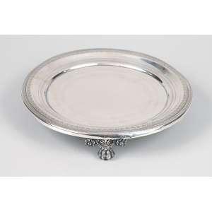Salva de prata repuxada, cinzelada e burilada. 20 cm de diâmetro. <br />Contraste de Lisboa e de prateiro não identificado. Séc. XIX.