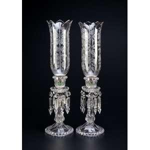 Par de castiçais de cristal de Baccarat, base em perolados, pingentes de cristal e mangas <br />originais de cristal com decoração floral. 51 cm de altura. França, séc. XIX. (uma das bases no estado).