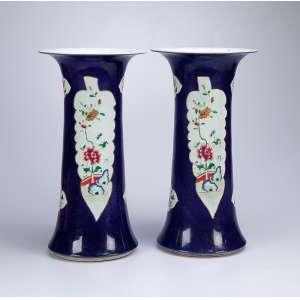 Par de vasos de porcelana, cilíndricos, bocal corneta, decoração como os powder blue, <br />com reservas florais sobre fundo branco. 41,5 cm de altura. China, séc. XIX.