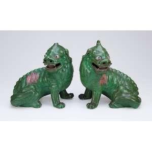 Par de animais fantásticos de porcelana monocrômica verde. 25 cm de altura. <br />China, séc. XVIII. (no estado).