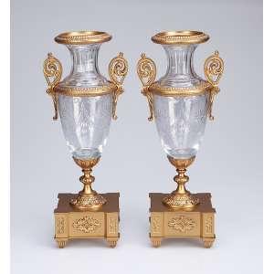 Par de ânforas em estilo e época Napoleão III, de cristal de Baccarat. Base e ornamentos <br />de bronze dourado. 30,5 cm de altura. França, séc. XIX.