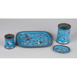 Conjunto de peças para mesa de escritório, composto de pequena bandeja, dois potes e pratinho, <br />de metal e esmalte cloisonné, sobre fundo turquesa. França, séc. XIX.