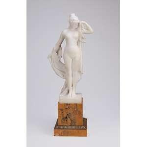 Escultura de mármore de Carrara, figura feminina desnuda. Base de mármore com aplique de bronze. <br />48,5 cm de altura. Europa, c. 1900.