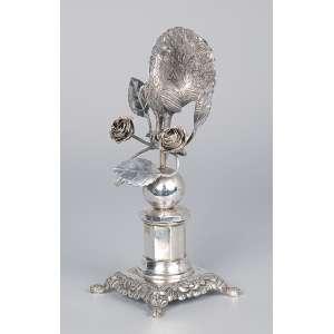 Paliteiro de prata. Pavão entre flores sobre esfera. 19 cm de altura. <br />Contraste 10 dinheiros. Brasil, Rio de Janeiro, meados do séc. XIX.