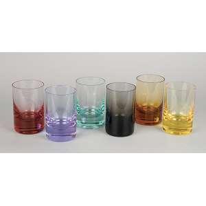Conjunto de seis copos coloridos. Marca da manufatura Moser. 11,5 cm de altura.