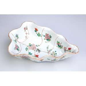 Covilhete em forma de folha de porcelana Cia das índias, decoração com flores e gafanhoto. <br />25,5 x 17 cm. China, séc. XIX.