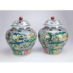 Par de potiches com suas tampas, de porcelana Cia das Índias, decoração compartimentada em esmaltes <br />da família verde. 41 cm de altura. China, séc. XIX.