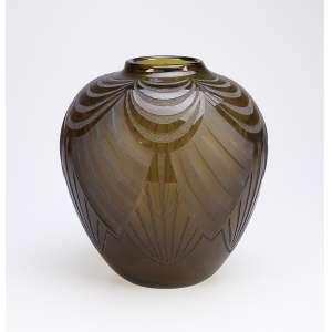LEGRÁS<br />Vaso de vidro art deco, fumé com lapidações acidadas, obedientes ao estilo. <br />25 cm de altura. Assinado. França, c. 1935.