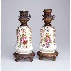 Par de abajures em porcelana Vieux Paris, decoração floral, base e bocal de bronze. <br />33,5 cm de altura.França, séc. XX. (sem as cúpulas).