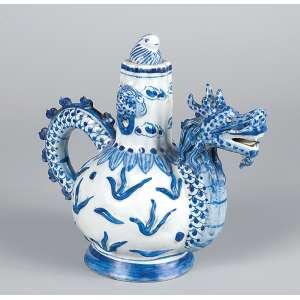 Bule de porcelana azul e branca, alça e bico em formato de dragão estilizado. <br />21 cm de altura. China, séc. XIX.