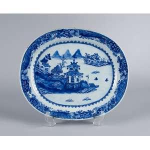 Grande travessa de porcelana Cia das índias, azul e branca, ovalada, decorada com pagodes. <br />41 x 35 cm. China, Qing Qianlong (1736-1795). (pequeno cabelo na aba).