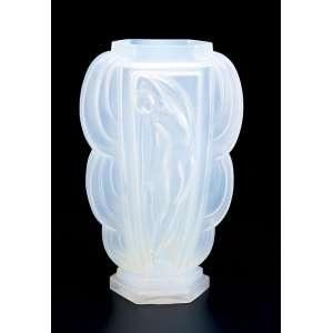 ETLING<br />Vaso de vidro opalescente, art deco, bojo com figura feminina em faces opostas. <br />30,5 cm de altura. França, séc. XX.
