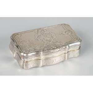 Porta-dragée de prata repuxada, cinzelada e guilhochada. <br />9 x 5 cm. Áustria-Hungria, séc. XIX.