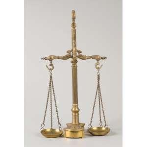 Antiga balança de bronze com seus pesos acoplados na base. 37 cm de altura.