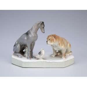 Dois cães com ave.<br />Escultura moldada em porcelana marrom e cinza. 15,5 x 11 cm. Europa, séc. XX.