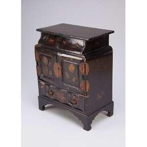 Porta-jóias em forma de armário miniaturizado, madeira laqueada de preto com ilustrações <br />em metal dourado e moedas. 25 x 15 x 31 cm de altura. Japão, séc. XIX.