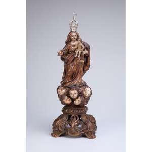 Nossa Senhora do Rosário. Imagem de madeira com vestígios de policromia e douração, apresenta-se <br />sobre nuvem com cinco cabeças de anjos, sobre base fenestrada. Coroa de prata. 32 cm de altura.