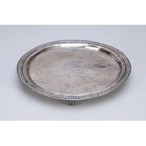 Pequena salva de prata com perolado na borda da aba, dita D. Maria I. <br />19,5 cm de diâmetro. Brasil, séc. XIX.