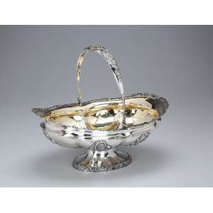 Cesta com alça basculante de prata repuxada e cinzelada, internamente com vermeil. <br />30 x 22 x 26 cm de altura. Contrastes da prata russa para o séc. XIX.