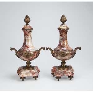 Par de ânforas de mármore com ornamentos de bronze dourado. Base recortada apoiada sobre quatro pés.<br />46 cm de altura. França, séc. XIX.