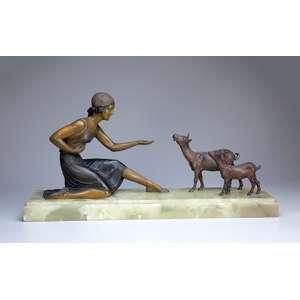 Jovem alimentando ovelhas. Escultura de petit bronze patinado sobre base de ônix. <br />75 x 18 x 30 cm de altura. França, c. 1900.