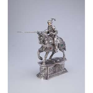 Guerreira sobre cavalo, ambos com indumentária de combate. Escultura em prata e marfim com <br />incrustações de pedras (algumas faltam), sobre base pedestal. Espanha, séc. XX.