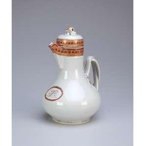 Pequeno bule de porcelana Cia das Índias, bojo com monograma não identificado. <br />18 cm de altura. China, séc. XVIII.