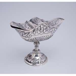 Naveta de prata portuguesa, repuxada e cinzelada. Decoração floral. 16,5 cm de altura. <br />Contraste do Porto em uso em meados do séc. XIX.