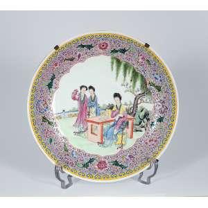 Medalhão de porcelana policromada, caldeira com pintura de três gueixas. <br />33 cm de diâmetro. China, séc. XIX.
