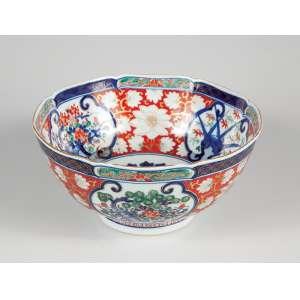 Bowl de porcelana policromada e dourada, decoração no padrão Imari. <br />21 cm de diâmetro x 10,5 cm de altura. Japão, séc. XIX.