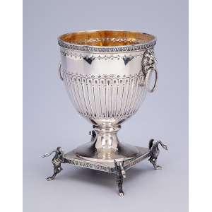 Pequena ânfora de prata, repuxada e cinzelada, estilo neoclássico. 16 cm de altura. <br />Marca do teor 833 e da prataria Alves Pinto. Brasil, séc. XX.