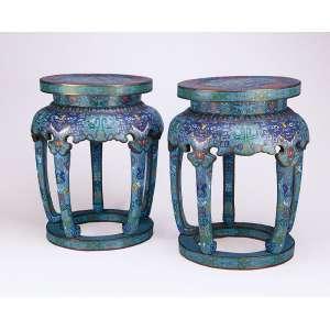 Par de raros garden seat em cloisonné decoração obediente ao estilo. <br />32 cm de diâmetro, o assento x 47 cm de altura. China, meados do séc. XIX.