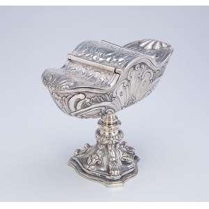 Naveta de prata repuxada, cinzelada, com base triangular fundida. <br />Ornamentação floral. 14 cm de altura. Brasil, séc. XIX.