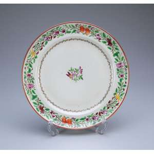 Prato de porcelana Cia das Índias, decoração floral em esmaltes da Família Rosa. <br />25 cm de diâmetro. China, séc. XVIII.