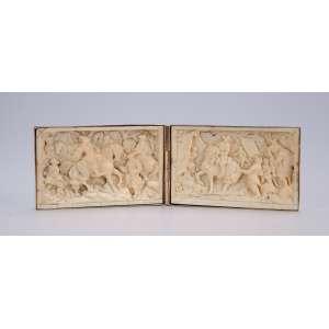 Duas placas de marfim esculpidas em relevo, retratando cenas neoclássicas, acondicionadas em <br />caixa estojo de ouro. 5 x 7,5 cm cada placa. Europa, séc. XIX.