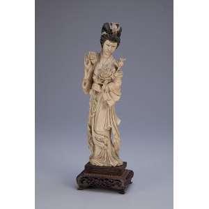 Escultura de marfim, gueixa com flores em suas mãos. Base de madeira fenestrada. <br />31 cm de atura. Japão, séc. XIX.