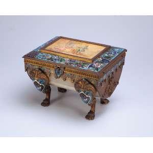 Caixa porta-jóias em pedra dura com rica ornamentação em cloisonné ao gosto ocidental. <br />Tampo basculante, com pintura de cena romântica. <br />21 x 17 x 16 cm de altura. China, séc. XIX.