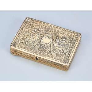 Fina caixa de prata banhada a ouro. Tampa decorada com arbustos e ânfora com flores. <br />7,5 x 5,5 cm. França, séc. XIX.