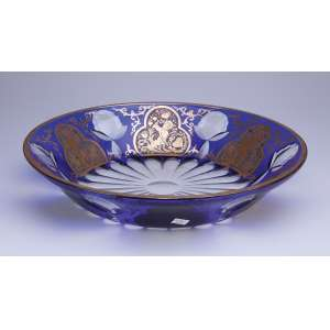 Fruteira de cristal overlay azul com seis reservas com figuras de anjos em douração. <br />34 cm de diâmetro. Bohemia, séc. XIX.
