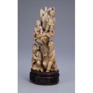 Grupo escultórico em marfim, composto de quatro figuras divididas em dois patamares. <br />Base de madeira. 28 cm de altura. Assinado. China, séc. XIX.