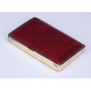 Caixa de prata com vermeil. Tampa revestida com esmalte na cor rubi. <br />8 x 5 cm. Europa, séc. XX.