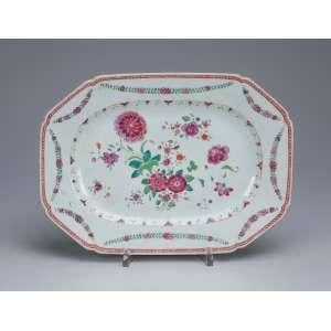 Pequena travessa de porcelana Cia das Índias, retangular, aba com guirlandas e caldeira floral <br />em esmaltes da Família Rosa. 28,5 x 21 cm. China, Qing Qianlong (1736-1795).