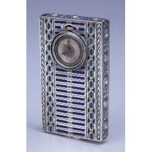 Fina caixa / relógio, de prata guilhochada em esmaltes azul, verde e rubi. 7,5 x 4,3 cm. <br />Internamente em vermeil e com a marca da prata Sterling. (relógio no estado). Séc. XIX.