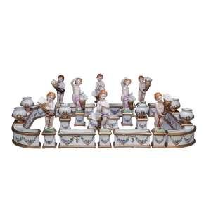 Importante e grande centro de mesa/floreiro de porcelana de Dresden, composto de 25 peças móveis, <br />assim distribuídas: oito estatuetas, 6 ânforas e 11 jardineiras permitindo várias configurações.<br />110 x 76 cm. Alemanha, séc. XX.
