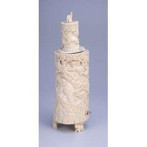 Escultura de marfim, formato cilíndrico com animais em relevo. 32 cm de altura. <br />Apresenta adaptação elétrica para uma lâmpada em seu interior, transformando-a <br />em um night light. China, séc. XIX.