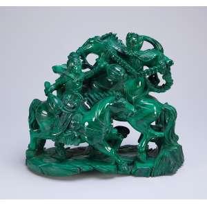 Importante grupo escultórico em malaquita, figuras em luta sobre cavalos. <br />32 x 13 x 26 cm de altura. China, séc. XIX.