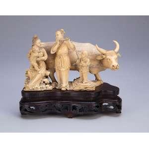 Grupo escultórico de marfim, touro e família de músicos. Base de madeira. <br />16 cm de altura. Japão, séc. XIX. (Pequenas faltas).