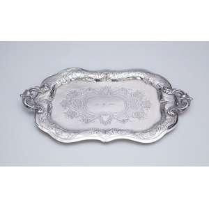 Pequena bandeja retangular de prata, borda recortada e plano burilado. <br />18 x 25 cm. Europa, provavelmente Alemanha, séc. XVIII.