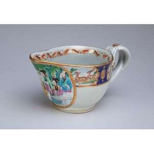 Molheira de porcelana Cia das Índias, policromada e dourada com reserva de pintura com personagens <br />em cenas do cotidiano. 18 x 8 cm de altura. China, Qing Jiaquing (1796-1820).