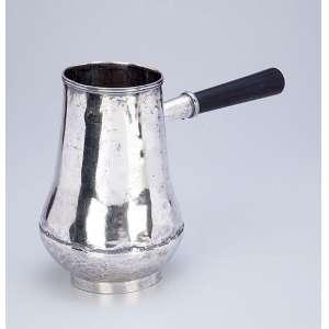 Antigo recipiente de prata repuxada e martelada com cabo de madeira. <br />18 cm de altura. Brasil, séc. XVIII.